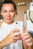 Schöne erwachsene Frau mit Smartphone lizenzfreie stockbilder