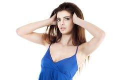 Schöne erwachsene reizvolle Frau, die ihr Haar berührt. Stockbilder