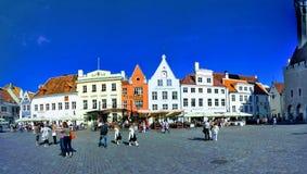 Schöne europäische Häuser, sonniger Tag, blauer Himmel stockfotos