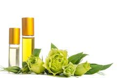 Schöne Eustomablumen und -flaschen mit Ölen für Haut lizenzfreie stockbilder