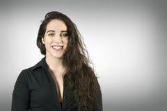 Schöne Exekutivfrau, die über neutralem Hintergrund lächelt Lizenzfreies Stockfoto