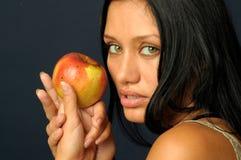 Schöne exotische Frau mit Apfel lizenzfreies stockbild