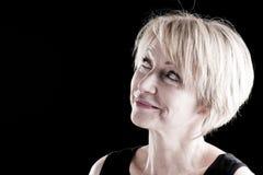 Schöne fällige Frau auf Schwarzem Lizenzfreie Stockfotografie