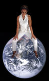 Schöne fällige schwarze Frau, die auf der Erde sitzt Stockfoto