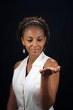 Schöne fällige schwarze Frau mit der Palme ausgedehnt (1 Stockfotos