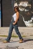 Schöne fällige schwarze Frau mit Graffiti (10) Stockfotos