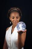Schöne fällige schwarze Frau, welche die Erde anhält Lizenzfreie Stockbilder