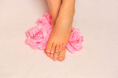 Schöne Füße mit französischem Nagel pedicure Lizenzfreies Stockfoto