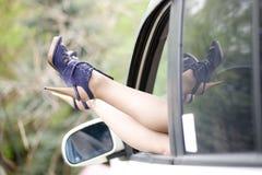 Schöne Fahrwerkbeine der Frauen in den Absatzschuhen lizenzfreies stockbild
