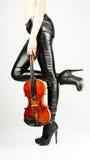 Schöne Fahrwerkbeine des Violinisten stockbilder