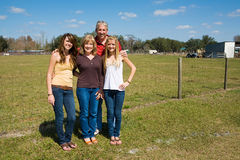 Schöne Familie auf Bauernhof Stockbild