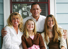 Schöne Familie auf vorderem Portal Lizenzfreie Stockbilder
