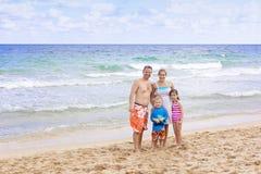 Schöne Familie, die einen Tag am Strand genießt Lizenzfreies Stockbild
