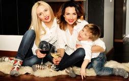 Schöne Familie, die am Kamin sitzt Lizenzfreie Stockbilder