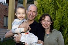 Schöne Familie, die zu Hause genießt Stockfotografie