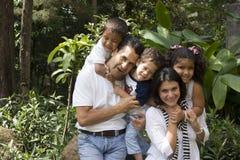 Schöne Familie, die zusammen genießt lizenzfreie stockfotos