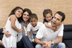 Schöne Familie, die zusammen genießt stockbilder
