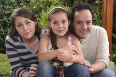 Schöne Familie, die zusammen genießt stockfoto
