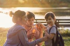Schöne Familie mit einem Kind stockbild