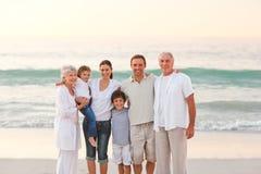 Schöne Familie am Strand Stockfoto