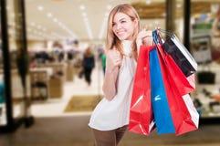 Schöne farbige Einkaufstaschen der jungen Frau Holding Stockbilder