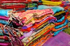 Schöne farbige Schals Stockbild