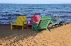 Schöne farbige Stühle auf dem Strand Lizenzfreie Stockfotos
