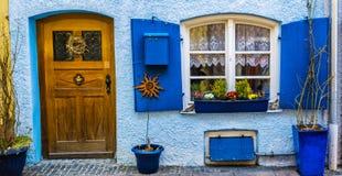 Schöne Fassade des Hauses mit Holztür, Fensterläden und flo stockfotos