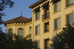 Schöne Fassade und Sonnenuntergang Stockfotografie