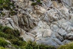 Schöne Felsen auf dem Ufer Lizenzfreie Stockfotos