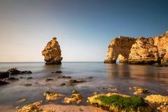 Schöne Felsen am Praia DA Marinha Stockfotografie