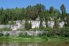 Schöne felsige Küste auf dem Fluss. Perm lizenzfreies stockbild
