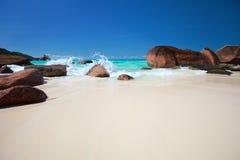Schöne felsige Küste in Seychellen Lizenzfreie Stockfotos