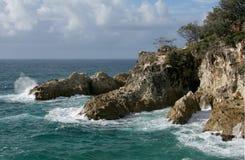 Schöne felsige Küstenlinie Stockfotos