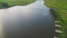 Schöne Ferienhäuschen am Ufer von ruhigem See Schattenbild des kauernden Gesch?ftsmannes 4K stock footage