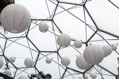 Schöne festliche Beleuchtung Weißbuchlaternen Lizenzfreies Stockfoto