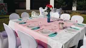 Schöne festliche Tabelle im Yard eines großen Hauses Die Tabelle erwartet Gäste Die Kamera ist in der Bewegung stock footage