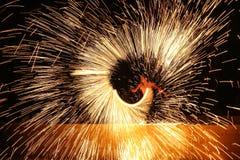 Schöne Feuershow mit vielen Funken in der Nacht Lizenzfreie Stockbilder