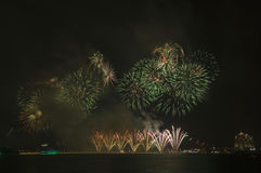 Schöne Feuerwerke im Himmel Stockbild