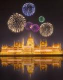 Schöne Feuerwerke unter ungarischem Parlamentsgebäude stockfoto