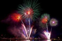 Schöne Feuerwerksanzeige für Feier guten Rutsch ins Neue Jahr 2016, Stockfotos