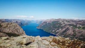Schöne Fjordansicht nahe Preikestolen, Norwegen lizenzfreies stockfoto