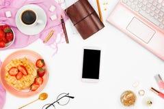Schöne flatlay Anordnung mit Tasse Kaffee, heißen Waffeln mit Sahne und Beeren, Laptop, Smartphone mit copyspace und anderem stockbild