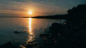 Schöne Flusslandschaft mit Felsen bei Sonnenuntergang, die Sonne geht Bey stock video footage