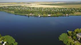 Schöne Flusslandschaftsvogelperspektive des kleinen Dorfs, Brummen schoss vom ländlichen Sommerhorizont stock video