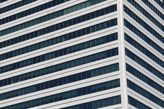 Schöne Fotos von modernen Gebäuden unter blauem Himmel Stockfotografie