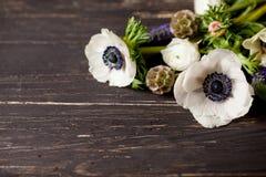 Schöne Frühlingsblumen auf Holz Stockbild