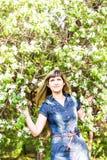 Schöne Frühlingsfrau in blühendem Baum stockfotos