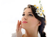 Schöne Frühlingsfrau mit reiner Haut und Blumen Stockfotos