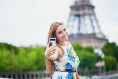Schöne französische Frau, die nahe dem Eiffelturm geht Stockfotografie